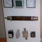 تخته آموزشی شماره یک، شامل نمونه فیوز، تجهیزات اندازه گیری و CT های LV